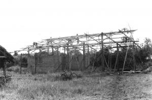 Lehrlinge erstelllen die Hallenkonstruktion 1984